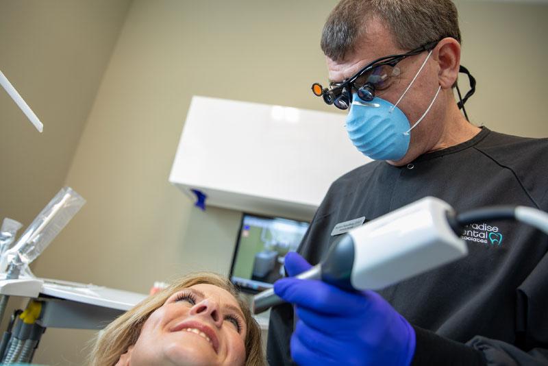 dr hamelburg performing cerec scan